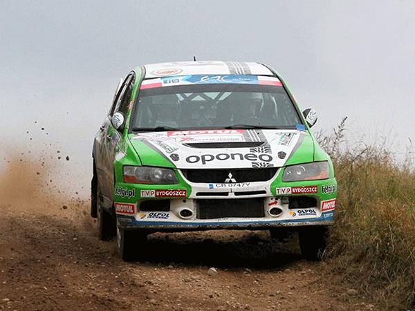 Voiture de rallye sponsorisée par Oponeo.
